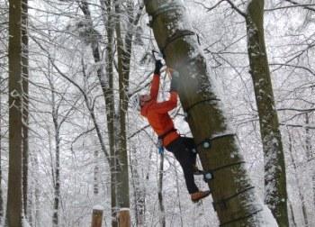Eisklettern üben am Baum
